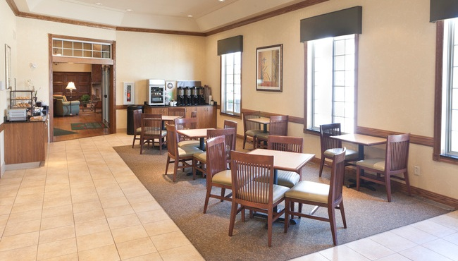Breakfast seating at the Country Inn & Suites, Chanhassen