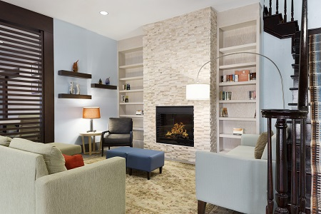 Spacious lobby with fireplace, bookshelves and seating