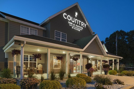 Country Inn & Suites, Decorah, IA hotel's welcoming exterior