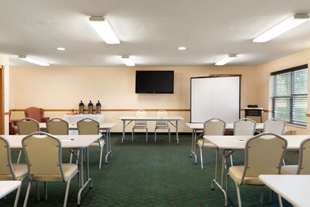 Meeting room with screen, TV and classroom seating