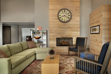 Spacious lobby with fireplace, bookshelf and seating