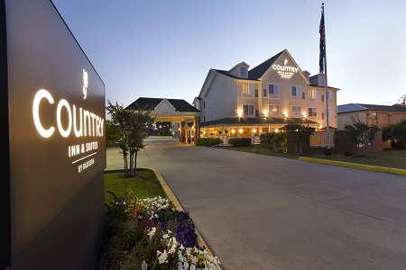 Exterior of the Country Inn & Suites, Covington, LA in the evening