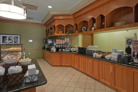 Breakfast room at the Country Inn & Suites in Linthicum Heights