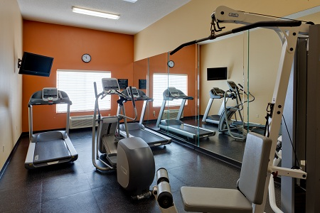 Country Inn & Suites hotel's fitness center in Aberdeen