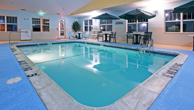hotels in lansing with indoor pool country inn suites. Black Bedroom Furniture Sets. Home Design Ideas