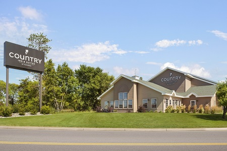 Exterior of the Country Inn & Suites in Baxter, MN