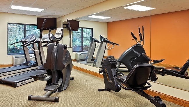 Exercise machines and mirrors in the fitness center