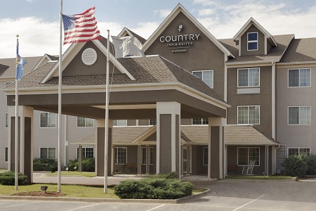 Exterior of Country Inn & Suites hotel in Norman