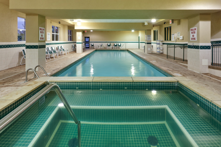 Spacious indoor pool and hot tub in Niagara Falls