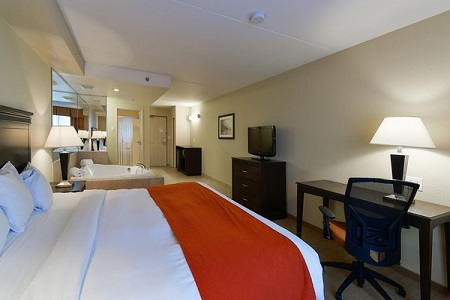 Whirlpool Suite in Niagara Falls with two-person whirlpool