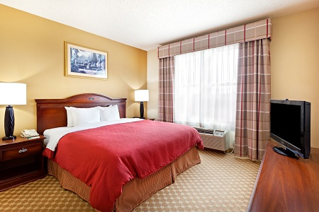 Hotel room near Hersheypark with king bed and flat-screen TV