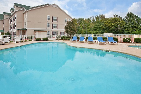 Hotel's outdoor pool and hot tub in Aiken, SC