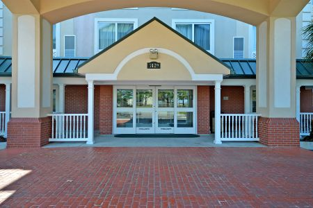 Welcoming front porch at the Country Inn & Suites, Charleston North