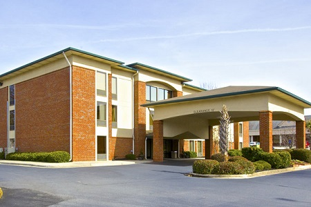 Exterior of the Country Inn & Suites in Alpharetta, GA with carport