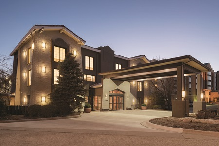 Exterior of the Country Inn & Suites in Hoffman Estates