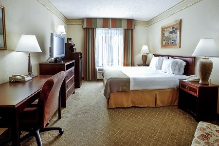 Ruston hotel's King Guest Room with desk and flat-screen TV