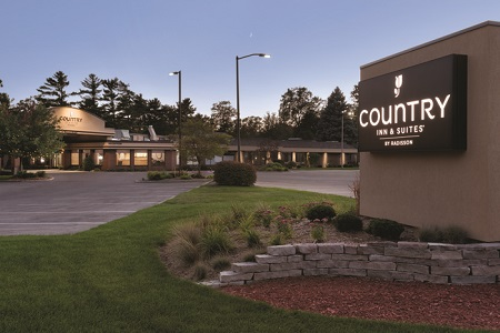 Exterior of the Country Inn & Suites, Traverse City