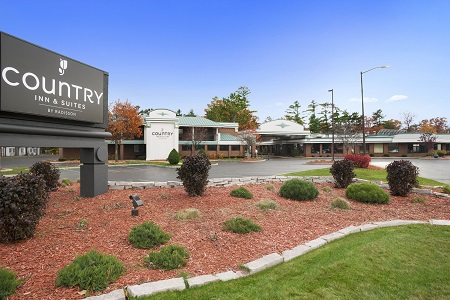 Exterior of Country Inn & Suites, Traverse City