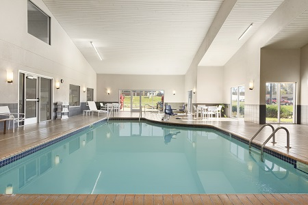 Indoor pool and hot tub at the Country Inn & Suites, Platteville, WI