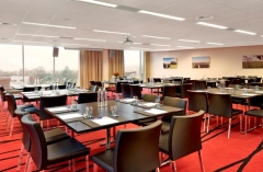 Schiphol hotel meeting room with pod arrangement