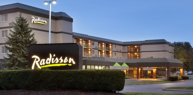 Exterior of Radisson Hotel Akron/Fairlawn with greenery