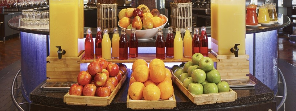 Beverage station with fresh apples and oranges