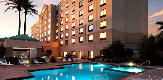 Hotel with Outdoor Pool near the Phoenix Airport