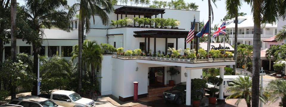 Belize City hotel with on-site parking and a rooftop garden