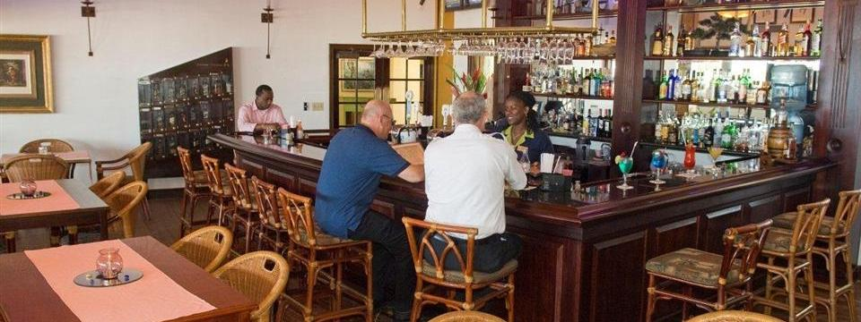 Belize hotel with a full-service bar and lounge