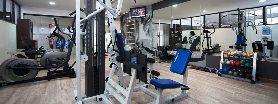 Cardio and strength-training equipment in Belém fitness center