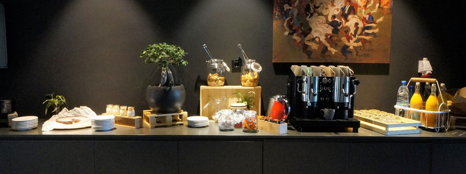 Coffee and food on a buffet in a meeting room