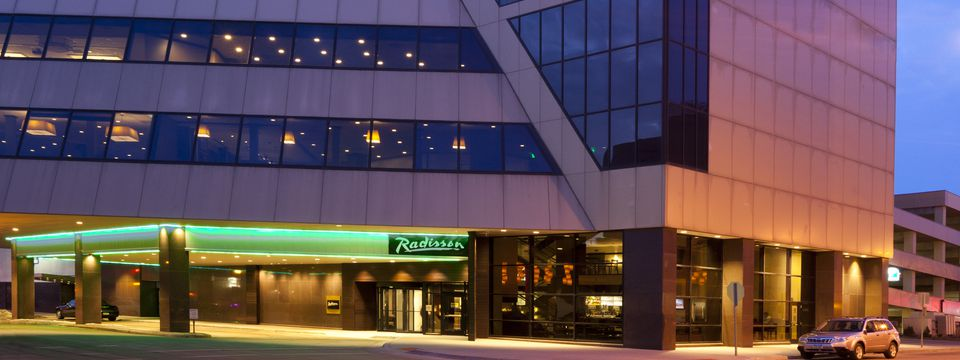 Radisson Hotel Fargo front entrance