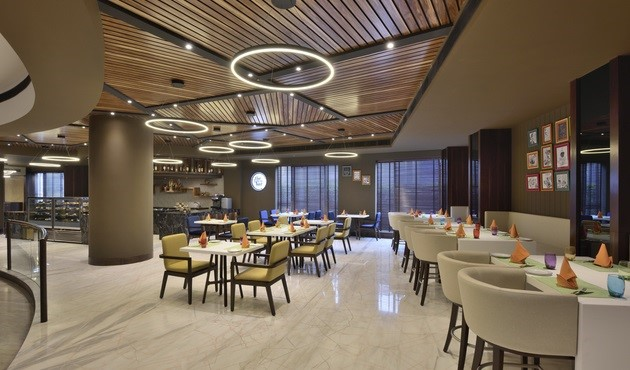 The Brew Bar dining room at Radisson in Gurugram