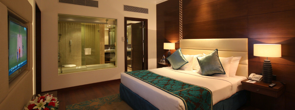 Hotel suite with king bed for business travellers in Jaipur