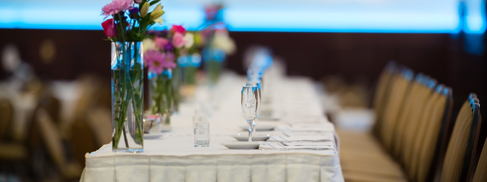 Head wedding table with formal setting and decor