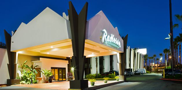 Radisson Hotel Baton Rouge Exterior Lit Up At Night