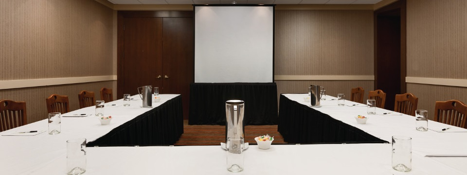 Meeting space in U-shaped setup with projection screen