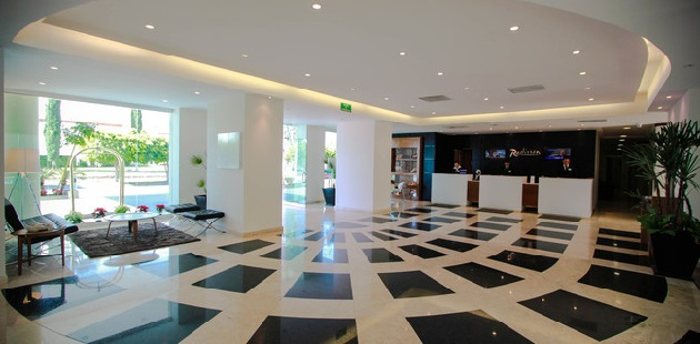 León hotel lobby with a black-and-white patterned floor