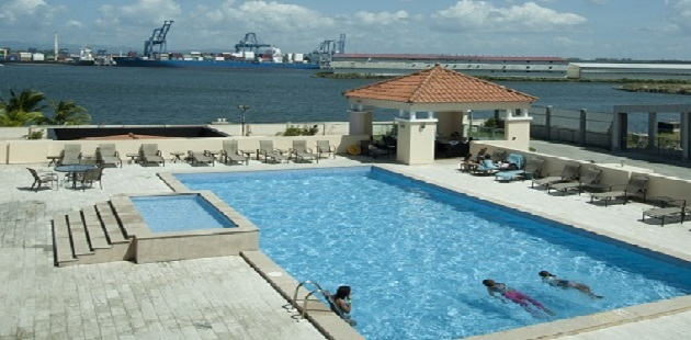 Colón hotel's sparkling outdoor pool with hot tub