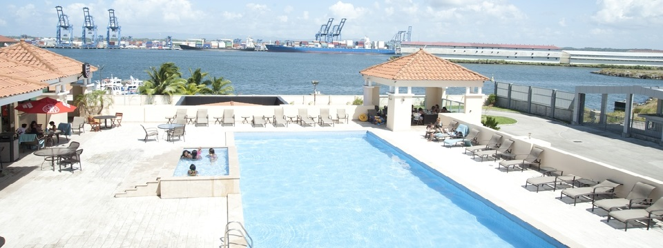 Colón hotel pool and hot tub overlooking the bay