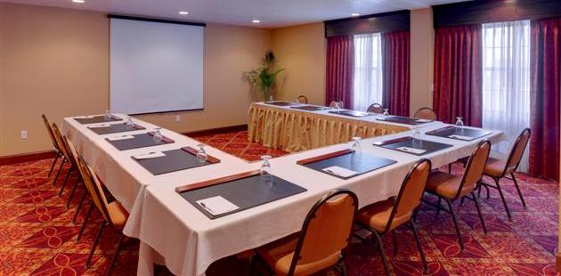 Meeting space with U-shaped table arrangement and presentation screen