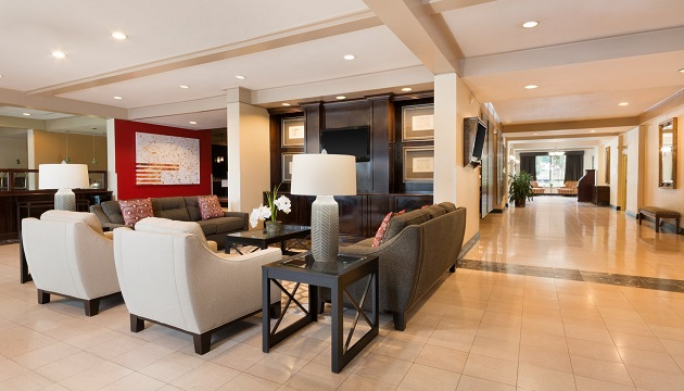 Modern couches and armchairs in our Nashville hotel lobby