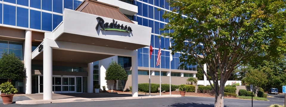 Entryway of Radisson Hotel Atlanta-Marietta with glass exterior