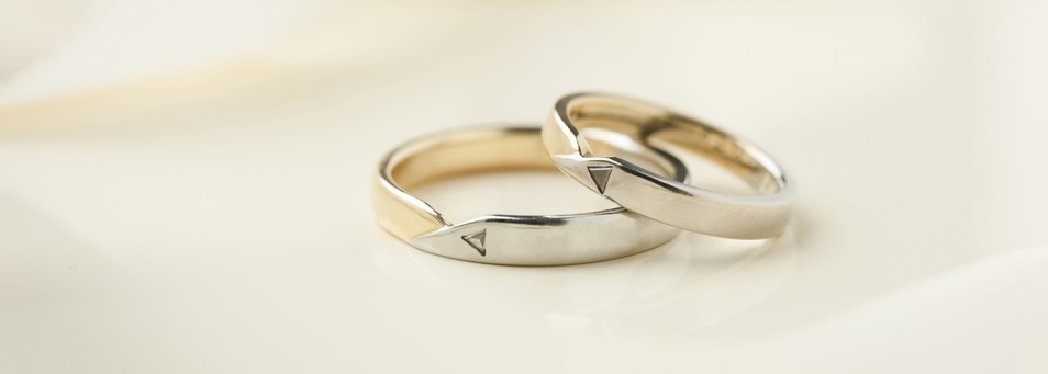 Two wedding rings with triangle engravement
